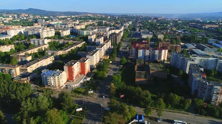 elválasztás : Fly over block apartments, enclosed by planted trees and roads with pavements, allocated in big city. 4K.