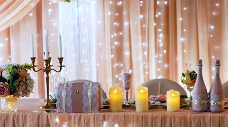 castiçal : Beautifully decorated peach color table newlyweds. Closeup