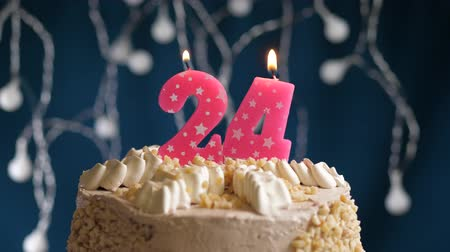 zapalovač : Birthday cake with 24 number burning by lighter pink candle on blue backgraund. Candles are set on fire. Slow motion and close-up view Dostupné videozáznamy