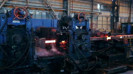ferronnerie : plante Ironworks. Brûler mouvement Hot billettes par Machines