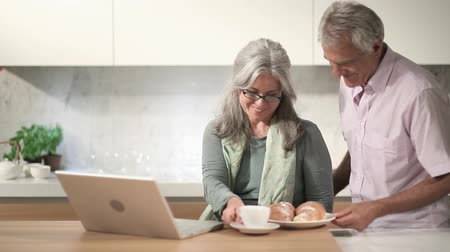 retirement : Happy couple with laptop in the kitchen, Full Hd