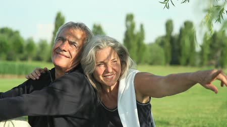 наслаждаться : Happy senior couple relaxing in the nature