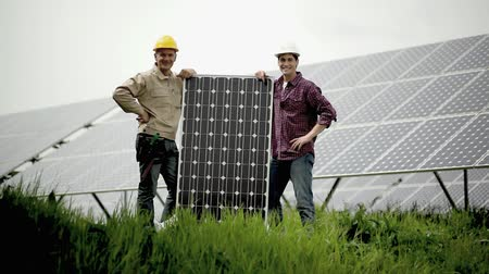 elektryk : Technicians holding a solar panel; Full HD Photo JPEG  Wideo