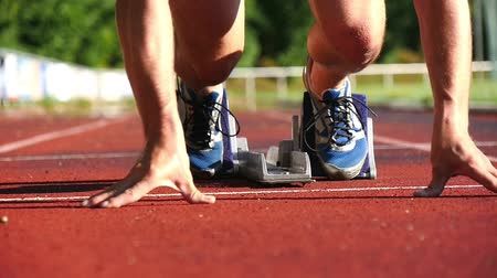 atlet : sprint start in track and field Stok Video