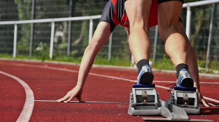 yarışma : sprint start in track and field Stok Video