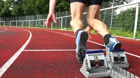 atleta : sprint start in track and field Stock Footage