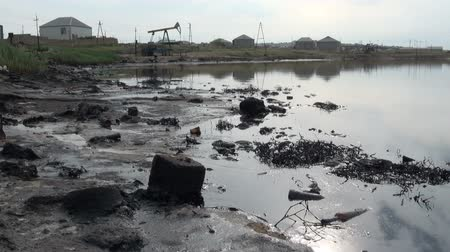 rozlití : Polluted oil fields in Baku.