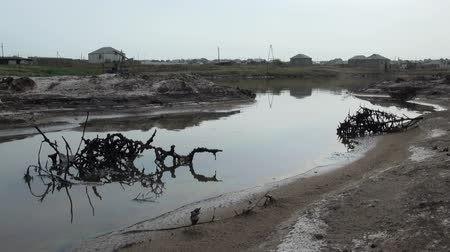 barril : Polluted oil fields in Baku.