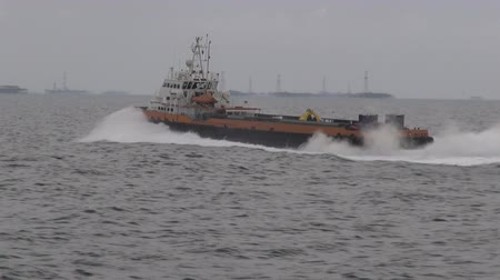 damarlar : A supply vessel is on its way to an oil rig at the Caspian Sea. Stok Video