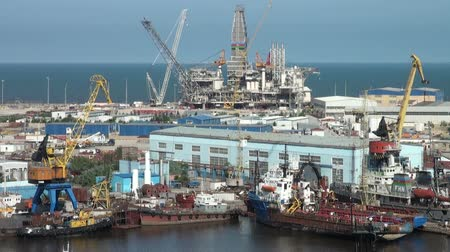 tersane : An oil platform is under construction in Baku harbor. Stok Video