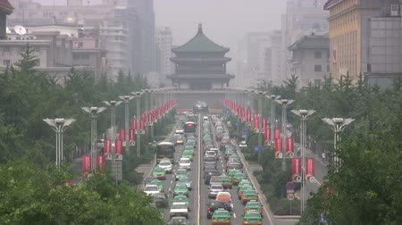 пагода : Traffic drives to and from the Bell Tower in Xian. Стоковые видеозаписи