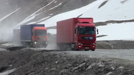 運輸 : Trucks drive over the Georgian Military Highway near the Russian border.