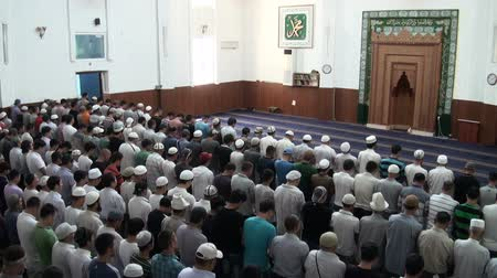 modlitba : People attend Friday prayer in the main mosque in Bishkek. Dostupné videozáznamy