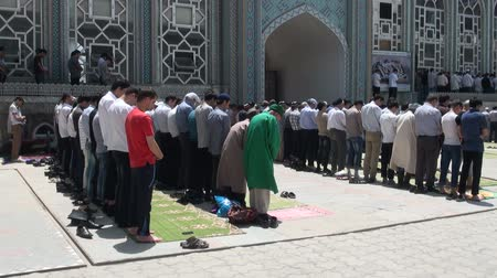 modlitba : People attend Friday prayer in the main mosque in Dushanbe.
