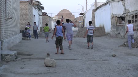 sport dzieci : Kids play football in the streets of Bukhara.