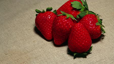 iğfal : Strawberries on place mat Stok Video