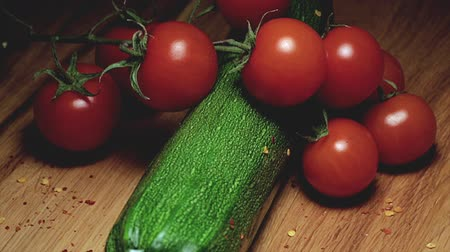 saborear : Zucchini cherry tomatoes chilli seeds on wooden cutting board Vídeos