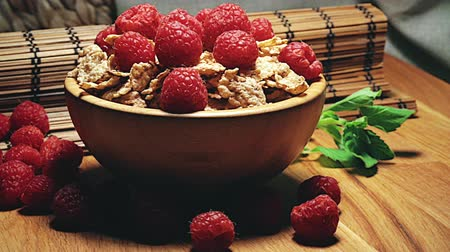 saborear : Cereals with red currants in a wooden bowl on wooden background Vídeos