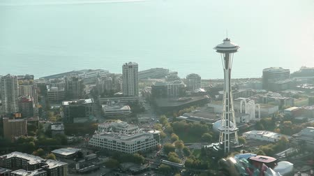 winda : Low-flying airplane view of sun reflection on Space Needle silhouette in late afternoon