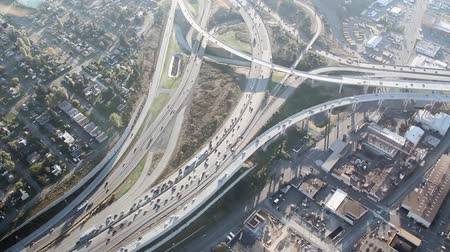 yolları : Circling view of large interstate junction and traffic accident