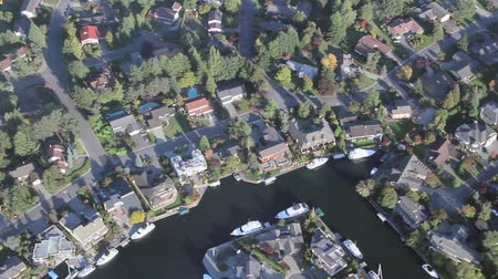 estrutura residencial : Slow moving low-flying airplane view of luxurious lakeside property