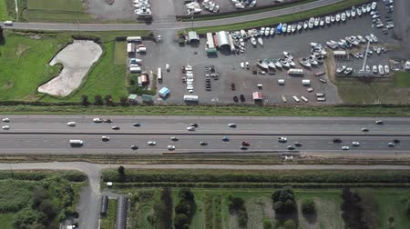 marmeláda : Aerial view flying low alongside interstate traffic Dostupné videozáznamy