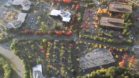 estrutura residencial : Circling aerial view of autumn trees changing color in university parking lot Vídeos