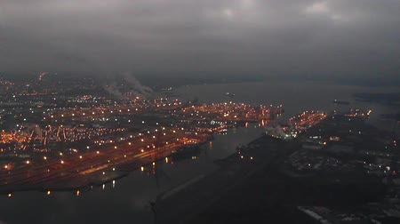 運輸 : Low-flying airplane over Port of Tacoma after sunset