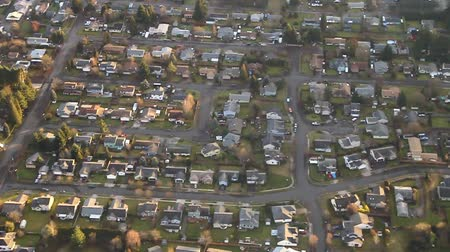 subúrbio : Low-flying view over suburban neighborhood on a hill