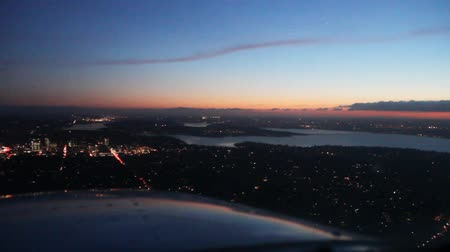 pilótafülke : Pilots perspective flying low across cities, lakes and highways at sunset - time lapse
