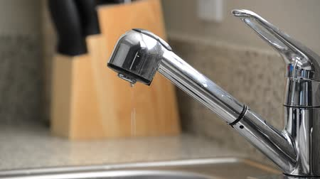hydraulik : Close up of dripping kitchen sink faucet