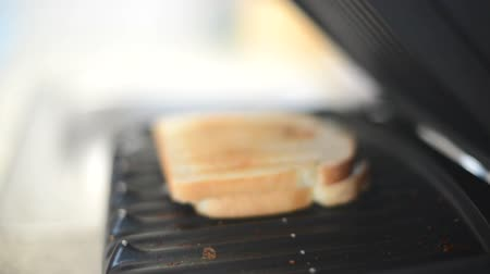 sanduíche : Dolly move in of electric grill opening with sandwich Stock Footage