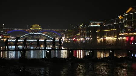 anka kuşu : Fenghuang China Silhouette Bridge Crossing at Night Lightshow