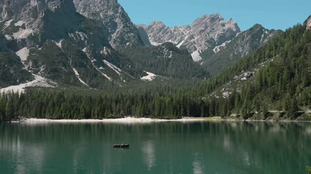 Lake behind the branch: Discovering the beauty of nature and lake Pragser Wildsee Dostupné videozáznamy