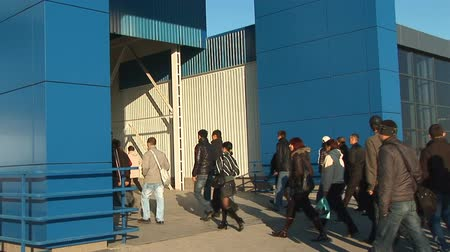 irodai dolgozó : cyclical - people rush to get into the building