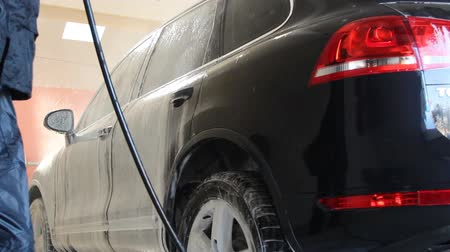 mosás : autowasherman work - working car washes in boxing Stock mozgókép