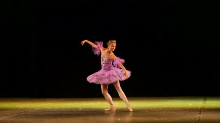 balerína : classical ballet - ballerina dancing on the stage