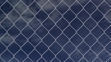 płot : wire fence against cloudy sky timelapse Wideo
