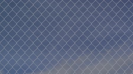 цепь : wire fence against cloudy sky timelapse Стоковые видеозаписи