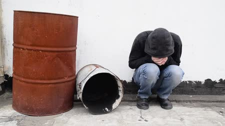 sıkıntı : Man with problems alone on the street. Drug addiction concept.