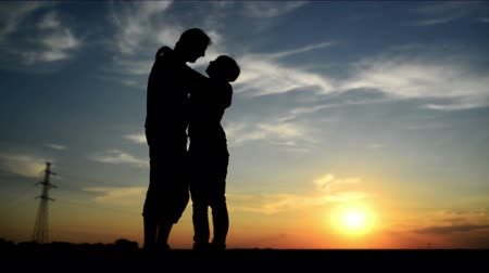casal heterossexual : Lovers on a date in sunset, hugging and kissing. Romantic love scene, 1920x 1080 full hd footage. Stock Footage