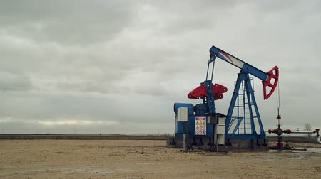 хорошо : Pumpjack Oil Pump operating on natural gas in the field pumping from the oil well. 1920x1080 full hd footage. Стоковые видеозаписи