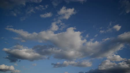 климат : Time Lapse Full HD Footage of Beautiful White Clouds Flowing Fast Across the Blue Spring Sky, 1920x1080.