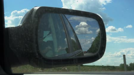 řídit : Rear View Mirror of Car in Motion Through Countryside Dostupné videozáznamy