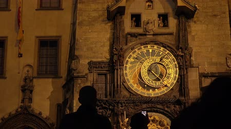 stare miasto : Prague Astronomical Clock on City Old Town Square at Night, Tourists Taking Pictures od This Famous Landmark