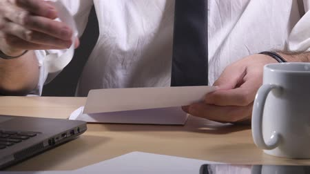 letras : Businessman putting folded letter in mail envelope, correspondence and communication concept. Vídeos