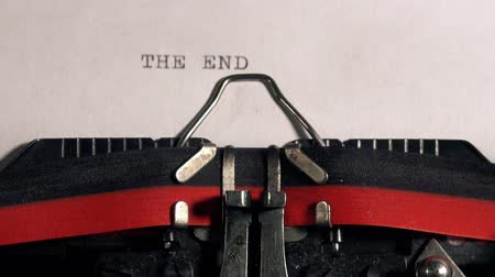 autor : The End on old typewriter, typing text on vintage machine. Vídeos