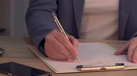 notebooklar : Businesswoman writing notes in notepad on business office desk Stok Video