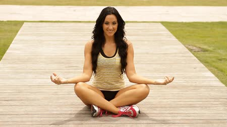 fitnes : Pretty serene yoga woman in the park  Wideo