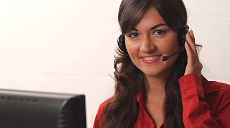 kapatmak : Smiling customer service woman in call center